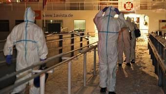 Sanitäter betreten das Kreuzfahrtschiff in Wiesbaden am Rhein