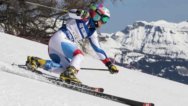 Amélie Wenger-Reymond kurvt im Telemark-Stil durch den Schnee.