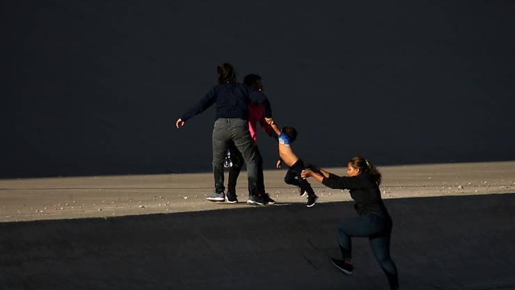 Eine Gruppe von Frauen überqueren in Mexiko den Rio Grande auf ihrem Weg in die USA. (Archivbild)