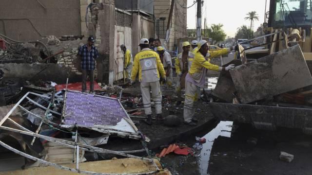 Aufräumen nach einem Bombenanschlag in Bagdad (Archiv)