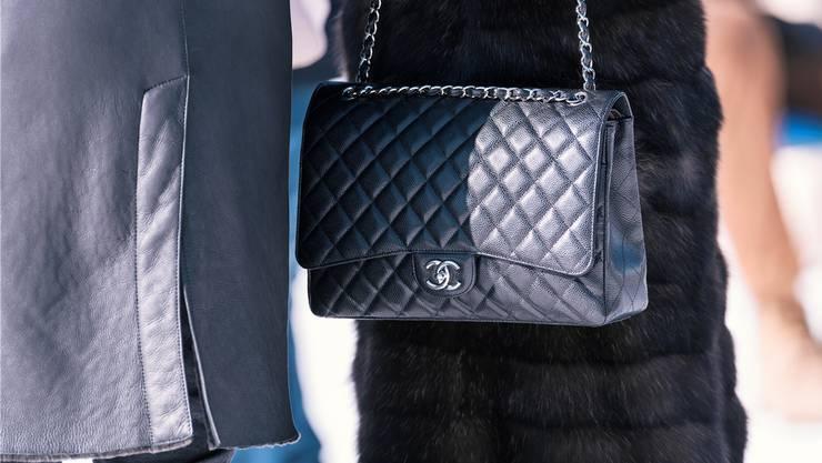 Die Sekretärin kaufte in Edelboutiquen in Zürich und Basel Kleider, Schuhe und Taschen ein. Ein einzelner Einkauf kostete häufig mehrere Tausend Franken.
