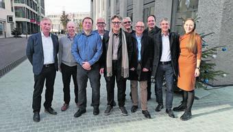 Weihnachten für den FC Aarau: Alfred Schmid (FCA-Präsident), Peter Zubler («unsertorfeld.ch»), Philipp Bonorand (künftiger Präsident FCA), Ruedi Vogt («unsertorfeld.ch»), Hanspeter Thür (Stadtrat), Robert Kamer (Geschäftsführer FCA), Hanspeter Hilfiker (Stadtpräsident), Jan Hlavica (Stadtbaumeister), Daniel Siegenthaler (Stadtrat) und Salomé Ruckstuhl («unsertorfeld.ch», v.l.)