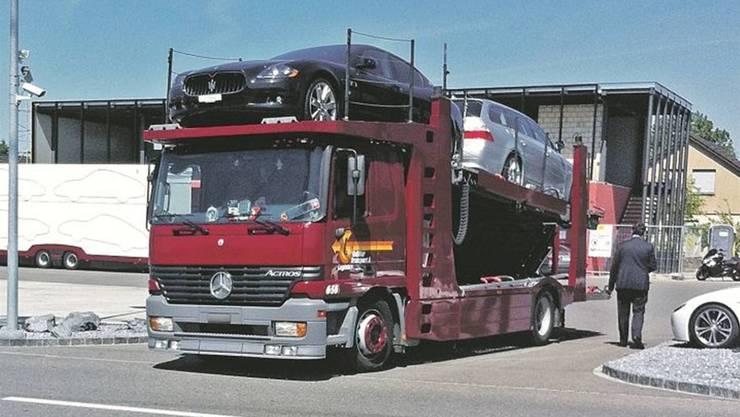 <p>Mai 2011: Santoros Autos werden abtransportiert.</p>