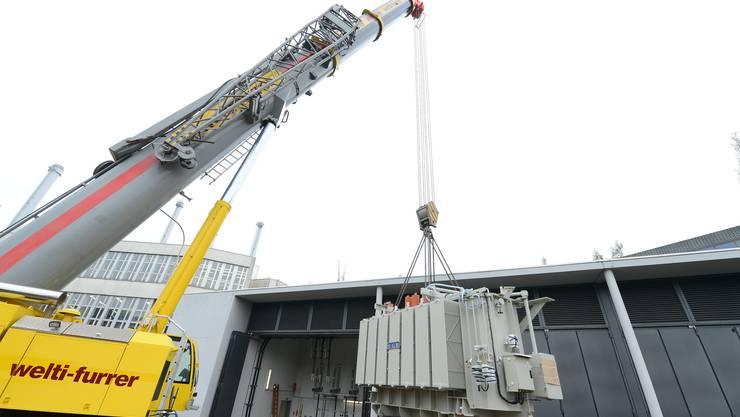Anlieferung des neuen 40 MVA Leistungstransformators ins Unterwerk Badne-Römerstrasse.