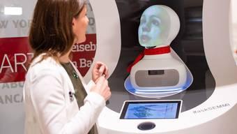 """Semmi, die künstliche Auskunftsperson der Deutschen Bahn. Gemäss einer neuen Studie verkraften Arbeitnehmer den Verlust ihres Jobs leichter, wenn sie durch einen Roboter ersetzt werden als wenn der """"siegreiche"""" Konkurrent ein Mensch ist. (Archivbild)"""