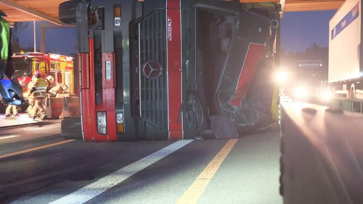Ein Lastwagen fuhr in die Betonelemente und kippte seitlich auf die Fahrbahn