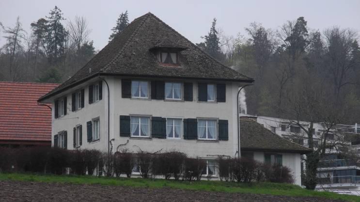 Was der Ankenhof mit Butter zu tun hat, ist bis heute nicht bekannt. Das Land, auf dem er sich befindet, hat ursprünglich auch einen ganz anderen Namen. Wohl schon um 1429 steht ein Hof auf dem Gelände, der dem Kloster Fahr zinspflichtig ist. 100 Jahre später erscheint der Name «Guet zu Fürtlibachen» in einer Urkunde. Der Hof liegt direkt am Fürtlibach, dem Oberengstringer Dorfbach. Zum Ankenhof wird das Gut erst, als es 1671 in den Besitz von Hans Jakob Heidegger kommt. Er gilt als Erbauer des Landsitzes in seiner heutigen Gestalt. Heidegger bekleidet während seiner Karriere verschiedene öffentliche Ämter und bringt es bis zum Säckelmeister der Stadt Zürich. Was ihn dazu bewegt, seinen Hof umzubenennen, ist nicht ganz klar. Eine mögliche Erklärung dafür hat mit damaligen Umständen zu tun. Zu dieser Zeit ist es üblich, dass die begüterten Stadtzürcher ihren Jahresbedarf an Anken durch einen einmaligen Einkauf decken, oder dass sie ihn von ihren Pächtern der Landgüter erhalten. Es mag daher sein, dass Heidegger den Namen seines Landsitzes ändert, weil er für seine Familie dort den Anken holt und das Gut deshalb der Ankenhof ist. Das Landgut bleibt noch bis 1751 in Besitz der Familie Heidegger. Dann geht es an die Gebrüder Leonhard und Andreas Meyer vom Königsstuhl in Zürich über. Diese können sich nur gerade 10 Jahre an ihrem Besitz erfreuen. Denn nun erwirbt Johann Lavater zum grossen Erggel von Zürich den Hof auf einer Gant aus der Konkursmasse der Meyer vom Königsstuhl. 19 Jahre später kommt der Ankenhof als Heiratsgut an Ludwig Meyer von Knonau. 1831 kauft der Bauer Jakob Burri das Gut. Er ist der erste Besitzer seit dem Neubau des Hofs, der diesen selbst bewirtschaftet. Zu dieser Zeit umfasst das Anwesen unter anderem ein Wohnhaus mit Scheune, einen Stall, eine Trotte, ein Waschhaus, einen Garten, Reben und Wiesen. Von nun an bewirtschaften verschiedene Bauern den Hof. 1892 geht er schliesslich an Heinrich Huber über, der ihn Anfang der 1930er-Jahre an den Gärtn
