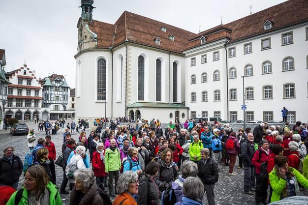 Zahlreiche Unterstützerinnen und Unterstützer warten auf dem Gallusplatz auf den Start der ersten Etappe.