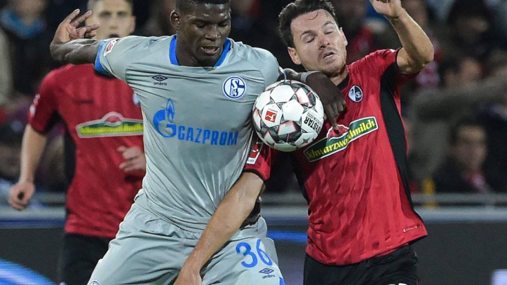 Breel Embolo (links) muss mit Schalke auch gegen Freiburg als Verlierer vom Platz