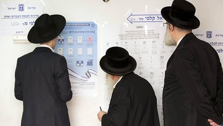 Letztes Studium vor dem Wahlakt: Ultra-orthodoxe Juden in einem Stimmlokal in Bnei Brak, Israel.