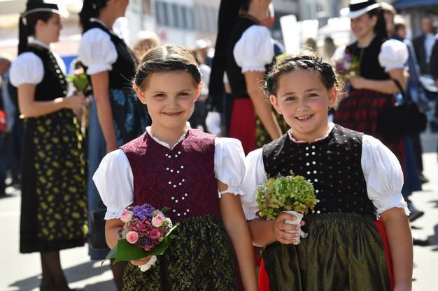 Eine Freude für diese zwei Mädchen aus dem deutschen Waldkirch, die als Teil der Elstäler Trachtengruppe mitlaufen durften.