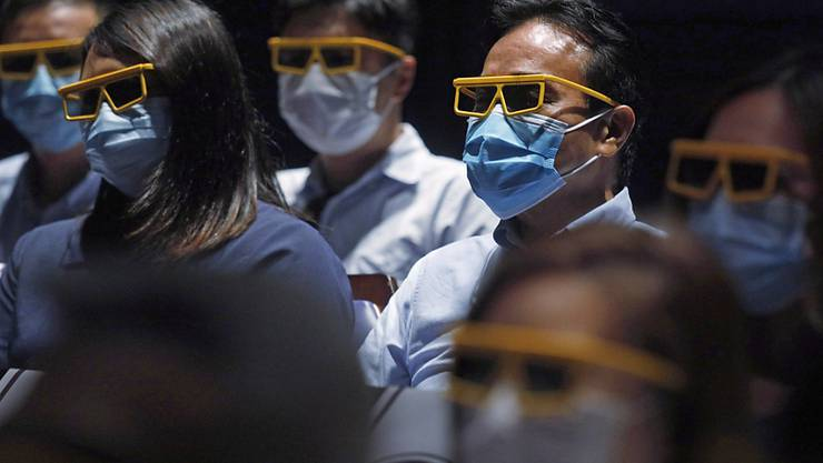 Im Freizeitpark «Hong Kong Disneyland» müssen Masken getragen werden. Foto: Kin Cheung/AP/dpa