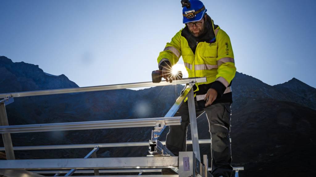 Ein Arbeiter montiert Solar-Paneele. Würde man in der Schweiz jetzt offensiv Solar-Energie fördern, könnten 14'000 Arbeitsplätze geschaffen werden. Eine kurze Anlehre würde reichen. Dadurch käme die Schweiz den Klimazielen näher und würde die Arbeitslosigkeit senken, findet die Stiftung SES (Archiv)