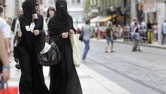 Zwei verhüllte Musliminnen auf Shoppingtour in Genf. (Archiv)