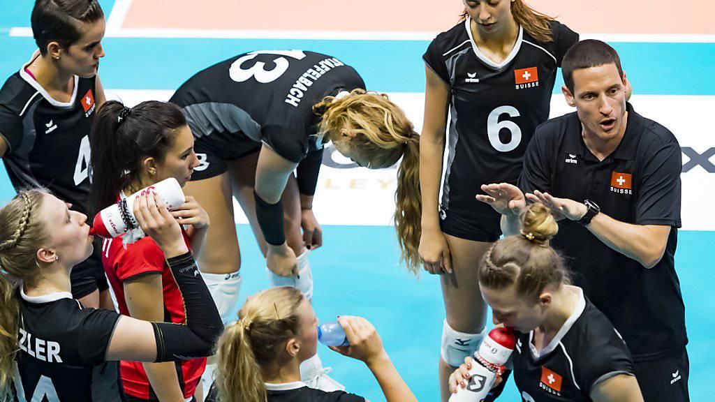 Die Schweizer Volleyballerinnen erhalten Instruktionen von Nationalcoach Timo Lippuner