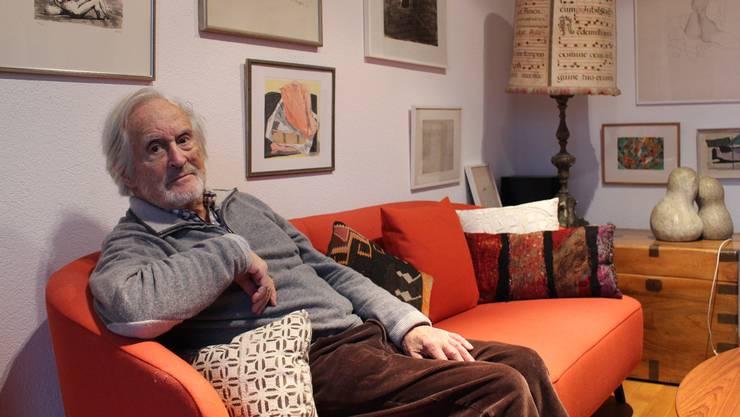 Auf dem roten Sofa bei sich zu Hause fühlt sich der pensionierte Tropenarzt besonders wohl. Mei