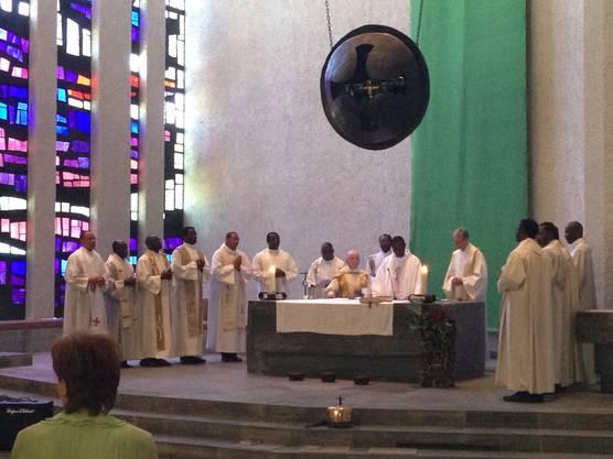 Über zwanzig nigerianische Priester zelebrierten am vergangenen Montag mit Pfr. Eugen Vogel und Pfr. Kurt Grüter in der Windischer St.Marien-Kirche einen Gedenkgottesdienst.
