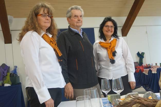 Der Vater Rolf Hubeli schrieb ein Gedicht, seine Töchter Marianne Wolleb (links) und Esther Hubeli haben es zu Stoffen verwebt.