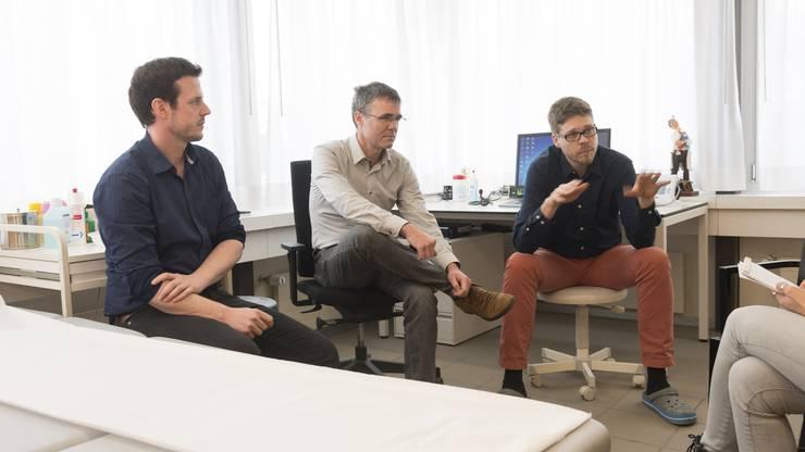 Arbeiten 60 Stunden die Woche – und müssen nach wie vor Patienten abweisen: Die Hausärzte Michael Schärer, Michael Fluri und Andreas Betschart (von links) in der Praxis Weissenstein in Langendorf.