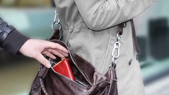Eine Angestellte des Geschäfts beobachtete den Diebstahl und meldete diesen der Polizei. (Symbolbild).
