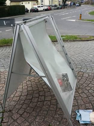 Der Plakatständer in der Fahrweid wurde wahrscheinlich eingetreten und ist nicht mehr zu gebrauchen (24. März 2014).