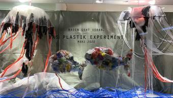 Der Manor in Baden hat der Plastikkunstgruppe, einer von 18 Arbeitsgruppen des Plastikexperiments, ein Schaufenster zur Verfügung gestellt.