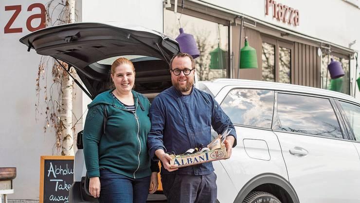 Romina und Christoph Ettisberger vom «Piazza». Viermal täglich wird geliefert – auf Wunsch mit Genusskorb.