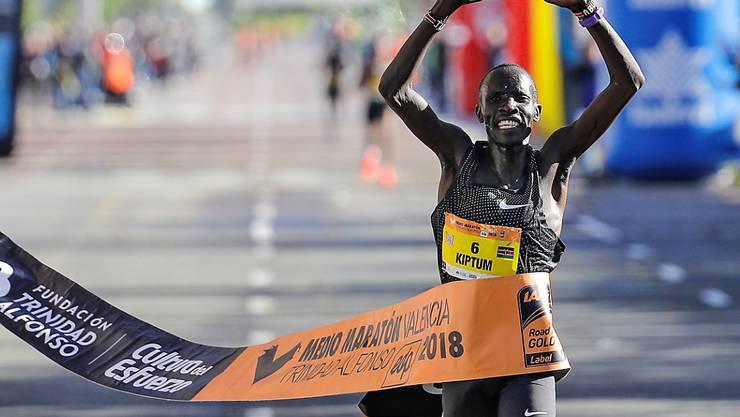Abraham Kiptum bejubelt seinen Halbmarathon-Weltrekord in Valencia