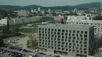 Industriebrache verschwindet: Das Färbi-Areal in Schlieren wird mit Wohnungen, Büros, Geschäften und Freizeiteinrichtungen überbaut. (dvk)
