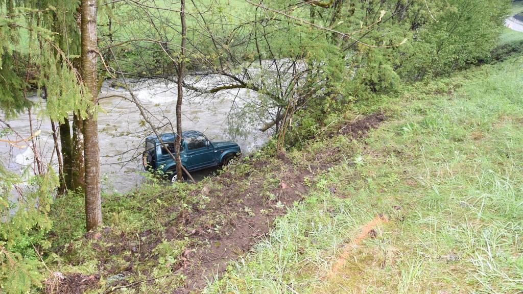 Das Auto landete im Bachbett.