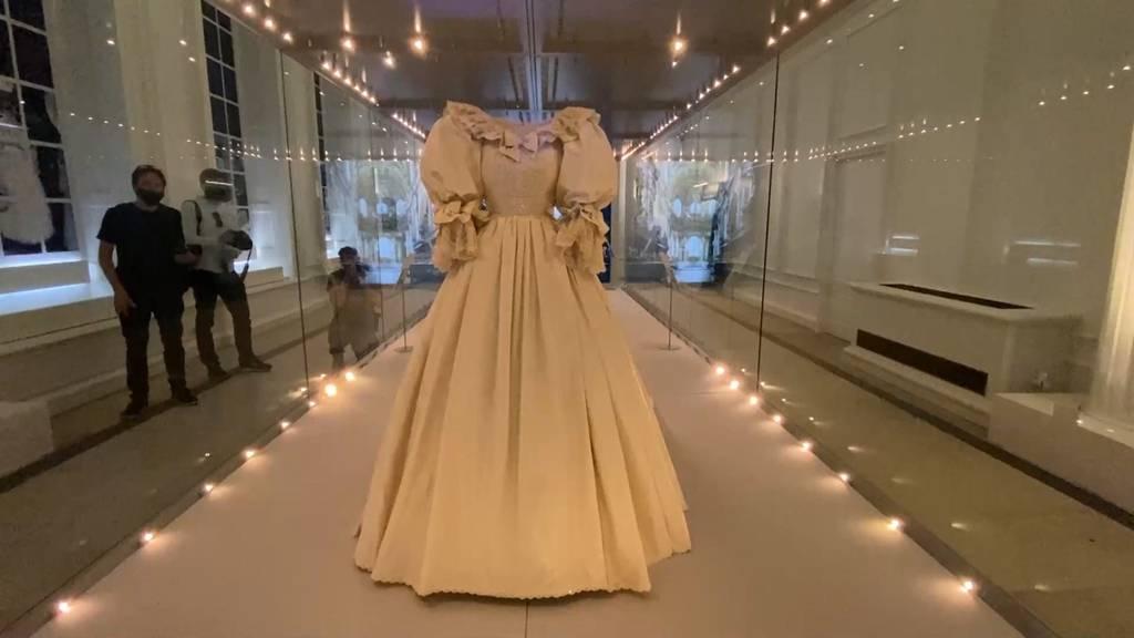 Hochzeitskleid von Lady Diana im Kensington-Palast ausgestellt