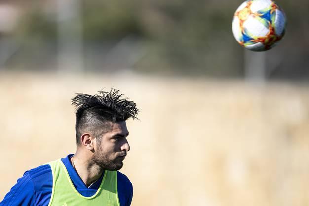 Carlos Zambrano beweist seine Kopfballstärke.