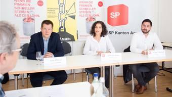 Sie fordern mehr Prämienverbilligung: Rechtsanwalt Volker Pribnow, SP-Kantonalpräsidentin Gabriela Suter und Nationalrat Cédric Wermuth (von links) an der Medieninformation. Bild: Stefania Telesc