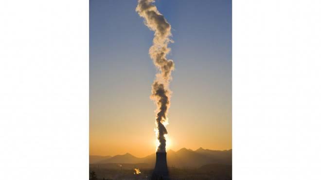 Wie lange noch? Dampffahne über dem Atomkraftwerk Gösgen. Foto: Keystone