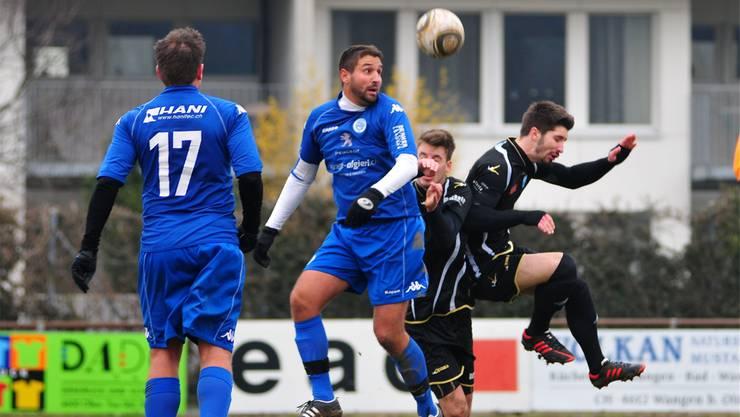 Italgrenchens Verteidiger Andreas Siragusa köpft den Ball vor den Oltnern Oliver Bächler und Claude Keller weg.