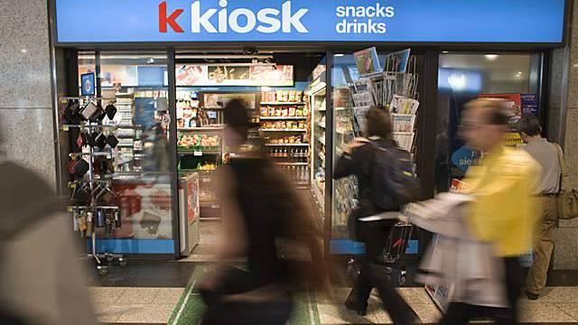 Passanten strömen an Kiosk vorbei