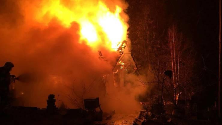 Der Feuerwehreinsatz konnte nicht verhindern, dass das Haus in Plasselb niederbrannte.