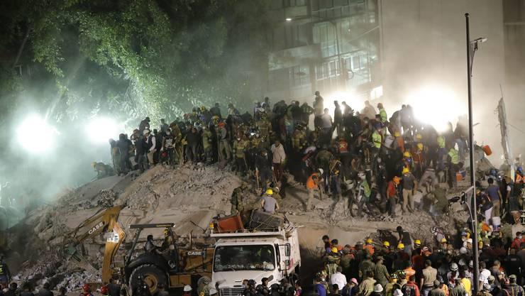 Retter suchen in den Trümmern der Enrique-Rebsamen-Schule nach verschütteten Schülern und Lehrern.