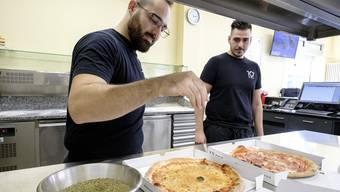 Wir gehen der Federer-Pizza auf den Grund: Reportage mit dem Pizzaiolo für Federers Ballbuben Pizza als exotische Vorschau auf die Swiss Indoors Pizzeria 10' Muttenz