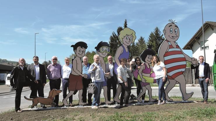 Wie eine grosse Familie: Mitglieder des Gemeinderats, von Bad Zurzach Tourismus, der Stiftung Gesundheitsförderung Bad Zurzach + Baden und die Familie Oppenheim weihen einen der neuen Kreisel ein.dws