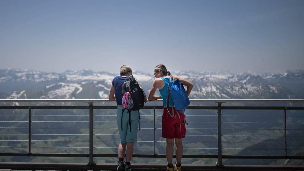 Auch auf dem Säntis-Gipfel werden kurze Hosen benötigt.