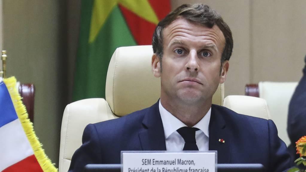 Frankreichs Präsident Macron hatte jüngst erklärt, dass er eine Regierung der Mission und der Einheit wolle, die seine Politik des Wiederaufbaus des Landes umsetze. Foto: Ludovic Marin/POOL AFP/AP/dpa