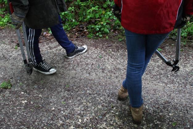 Nicht alle Schüler haben dem Waldeinsatz angepasstes Schuhwerk.