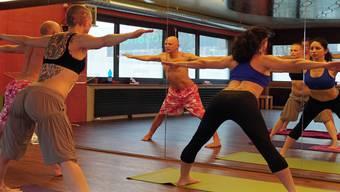 Leichte Kleidung ist beim Hot Yoga von Vorteil, denn schweissgebadete Körper sind hier nicht die Ausnahme, sondern die Regel.