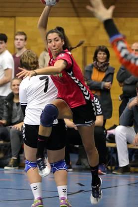 Anja Herrera kann sich gegen ihre Gegenspielerinn durchsetzen.