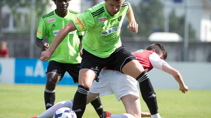 Solothurns Hannes Hunziker (r.)  im Kampf um den Ball gegen Zofingens Mario Simic.