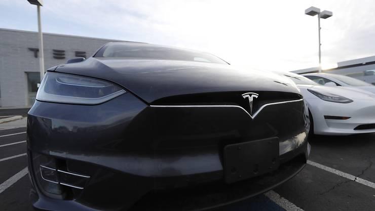 Anleger glauben an Tesla: Innerhab eines Tages schossen die Aktien des US-Elektroautobauers um einen Fünftel hoch - damit ist Tesla inzwischen mehr wert als die deutschen Vorzeigekonzerne Volkswagen und BMW zusammen. (Archiv)