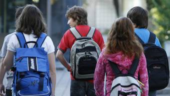 Mittelschüler und Gymnasiasten mussten bisher ihren Schulweg selber finanzieren. (Symbolbild)