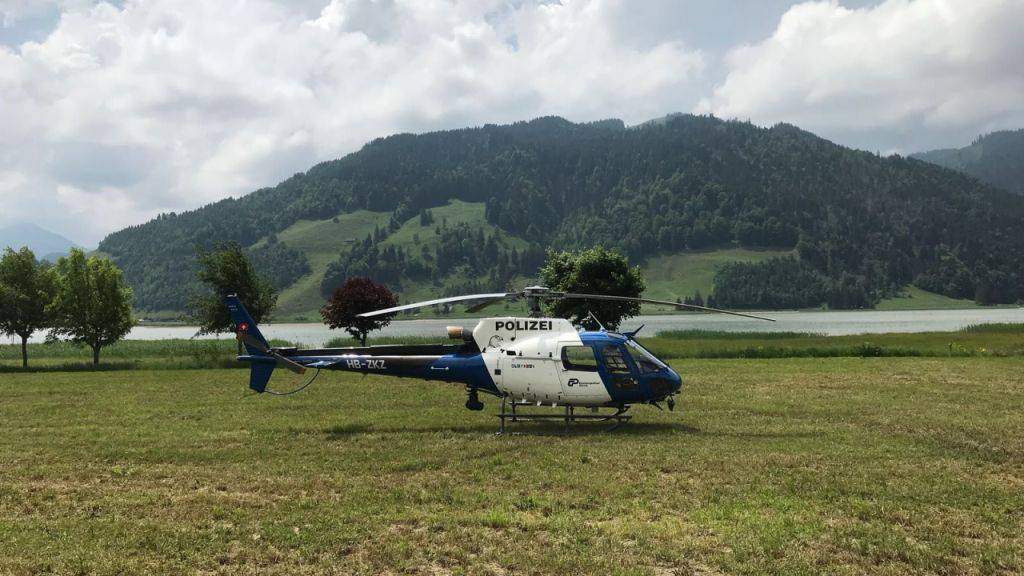 Ein Polizeihelikopter beteiligte sich an der Suche nach einem 30-jährigen Fischer, der im Sihlsee vermisst wird.