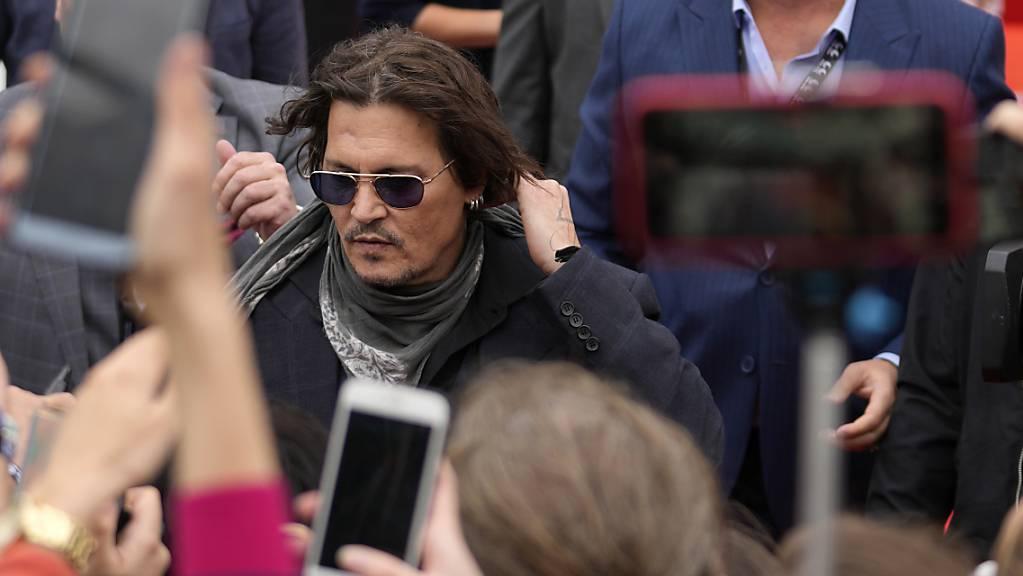 Johnny Depp (M,l), Schauspieler, Produzent und Musiker aus den USA, kommt zu dem 55. Internationalen Karlsbader Filmfestival an, um seinen Film «Crock of Gold» vorzustellen. Foto: Petr David Josek/AP/dpa